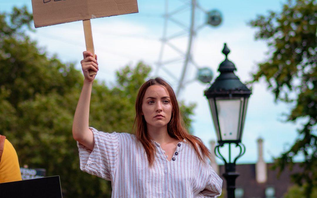 PRIESKUM: Väčšina mladých ľudí verí v demokraciu, ale neverí politikom